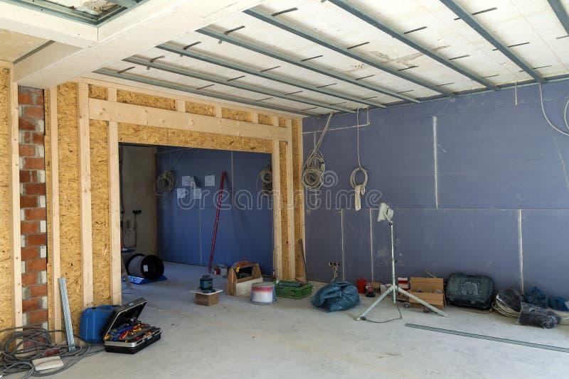 Interior de una casa bajo construcción Renovación de un apartme foto de archivo libre de regalías