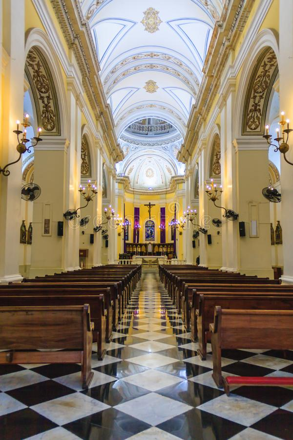 Interior de una catedral católica en San Juan imagen de archivo