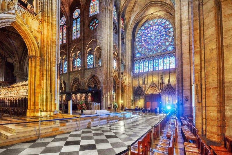 Interior de una de las catedrales más viejas de Europa Notre Dame de Paris foto de archivo
