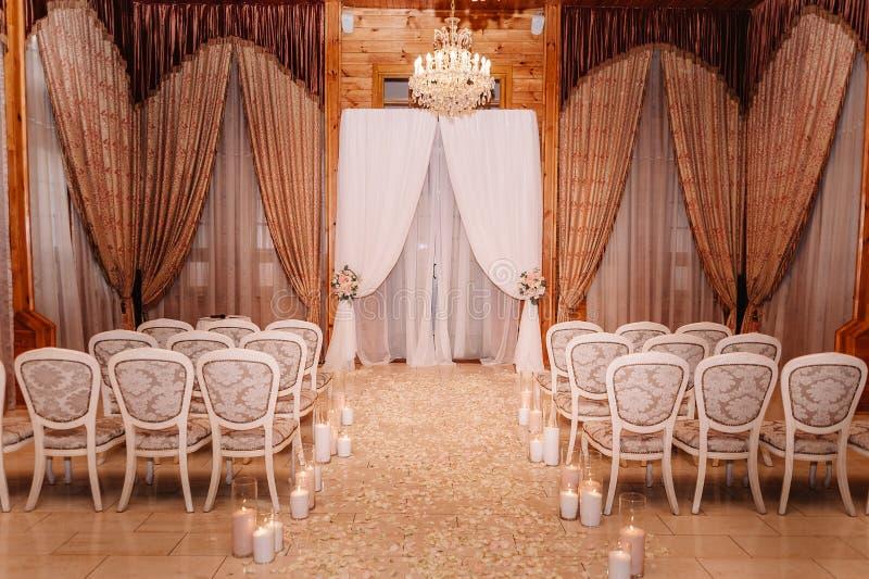 Interior de una decoración del pasillo de la boda en los colores blancos y marrones foto de archivo