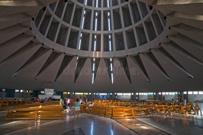 Interior de una iglesia moderna fotografía de archivo libre de regalías