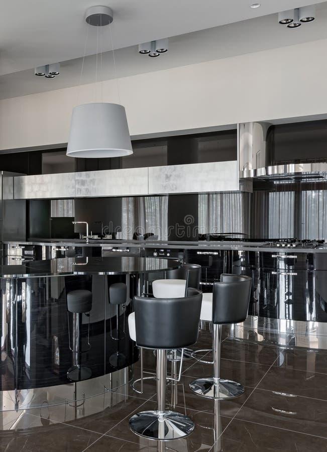 Interior de una nueva cocina de lujo moderna imágenes de archivo libres de regalías