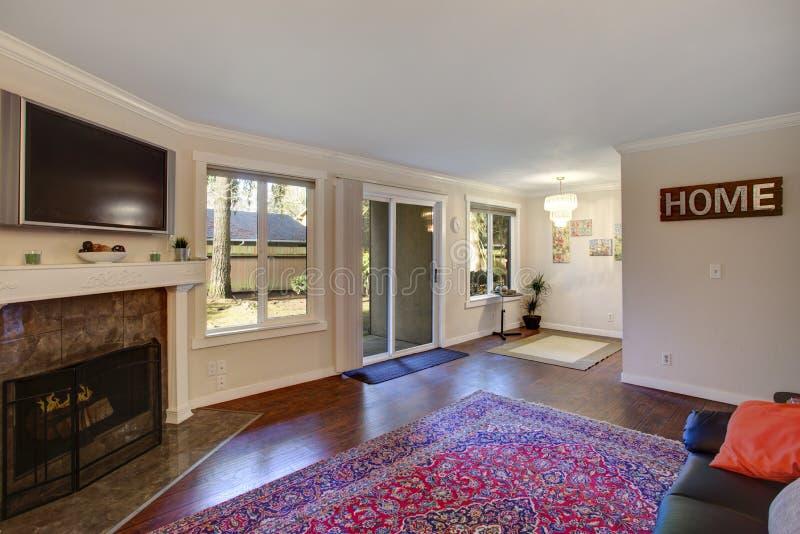 Interior de una sala de estar con la chimenea y el comedor atado fotografía de archivo libre de regalías