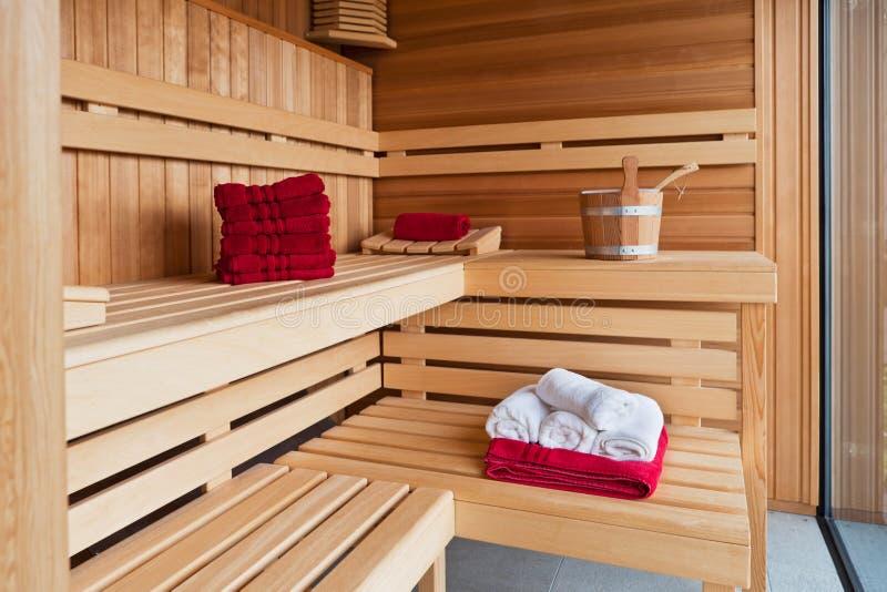 Interior de una sauna de madera foto de archivo