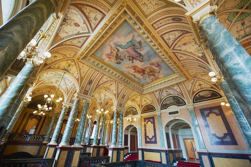 Interior de uno de los pasillos del teatro de la ópera de Semper en Dresden, Alemania imágenes de archivo libres de regalías