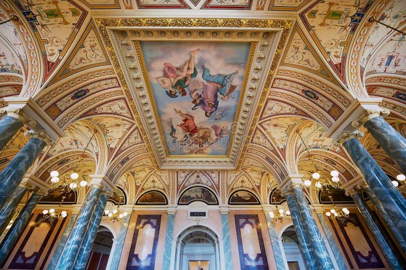 Interior de uno de los pasillos del teatro de la ópera de Semper en Dresden, Alemania foto de archivo libre de regalías