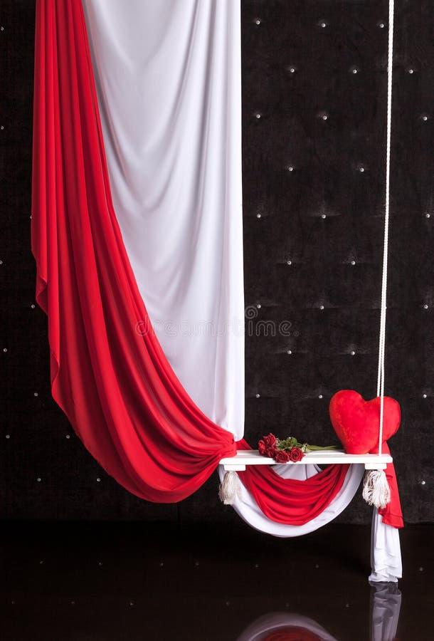 Interior decorado para o dia do ` s do Valentim com pano e balanço imagens de stock