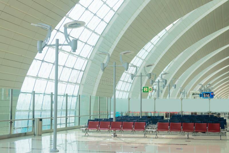 Interior del aeropuerto en zona de espera cerca de la puerta foto de archivo