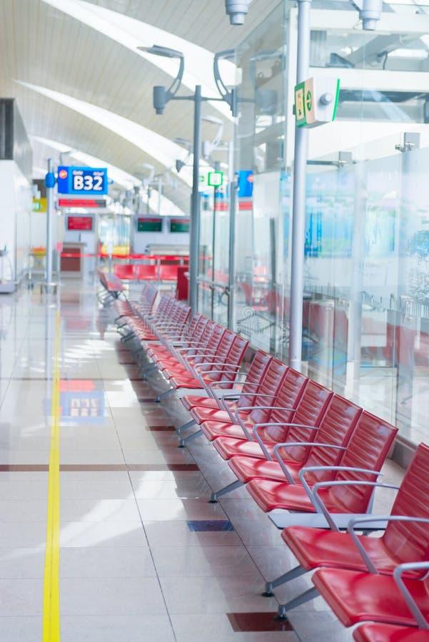 Interior del aeropuerto en zona de espera cerca de la puerta fotografía de archivo libre de regalías