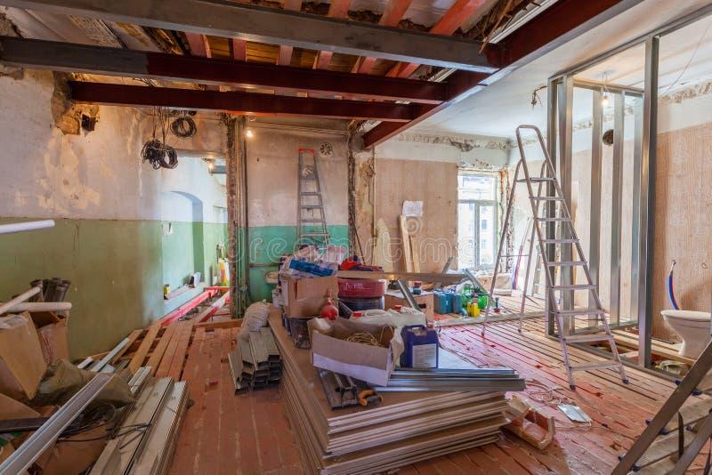 Interior del apartamento con los materiales durante en la renovación y la construcción imagen de archivo