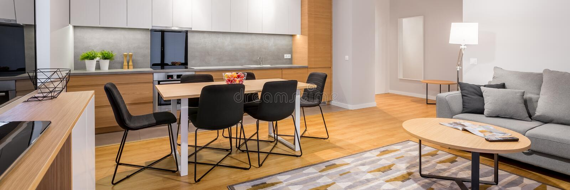 Interior del apartamento-estudio, panorama imagenes de archivo