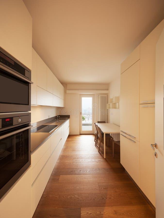 Interior del apartamento moderno, cocina foto de archivo libre de regalías