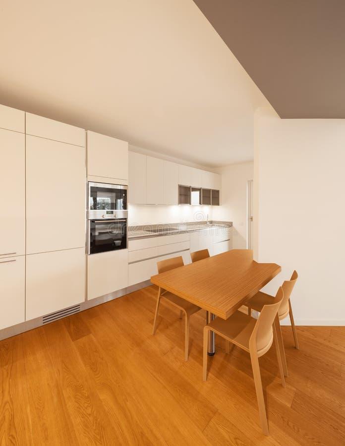 Interior del apartamento moderno, cocina fotografía de archivo libre de regalías