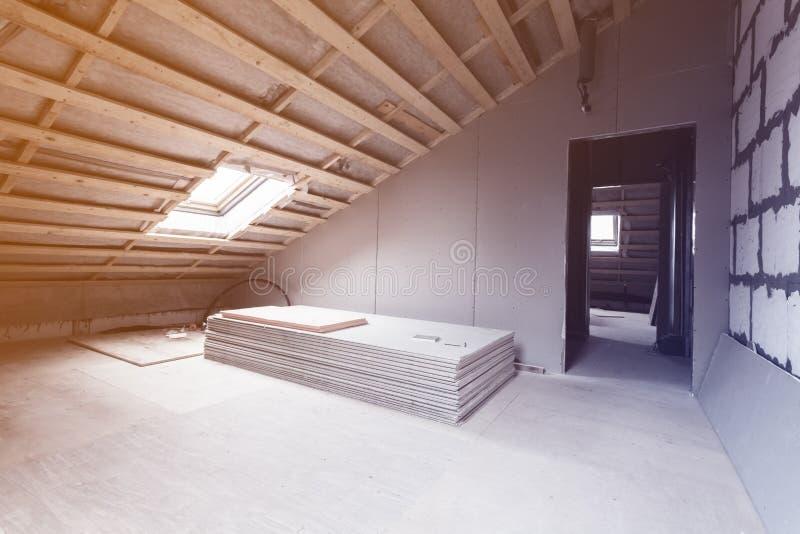Interior del apartamento y de los materiales - pedazos del sitio de mampostería seca durante en la renovación y la construcción - fotografía de archivo libre de regalías