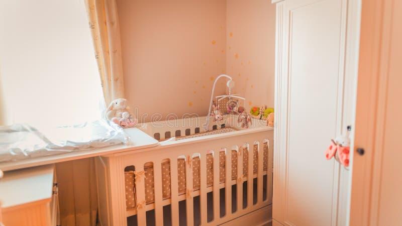 Interior del bebé del sitio de la alfombra de la cama dentro, tonos del vintage, jaula del bebé foto de archivo libre de regalías