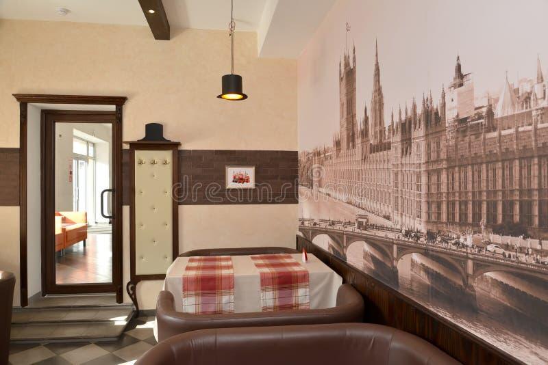 Interior del café moderno en tonos marrones imagenes de archivo