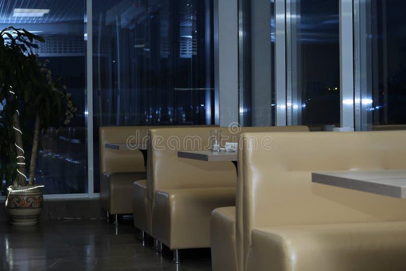 Interior del café por la tarde foto de archivo libre de regalías