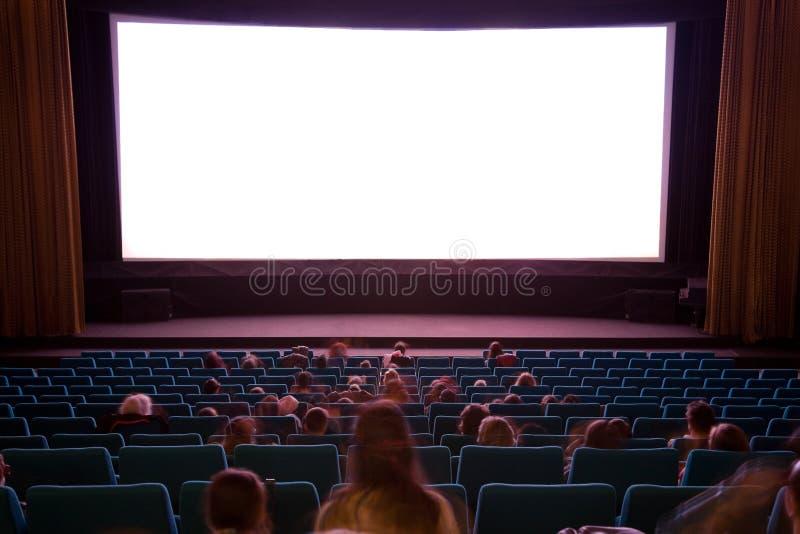 Interior del cine con la gente imágenes de archivo libres de regalías