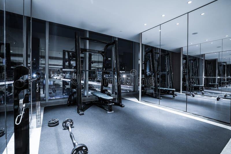 Interior del club de fitness imagenes de archivo