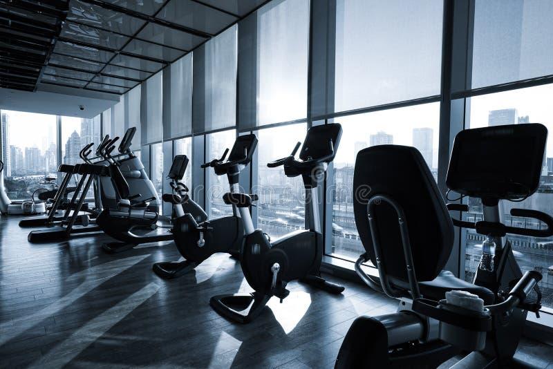 Interior del club de fitness imagen de archivo
