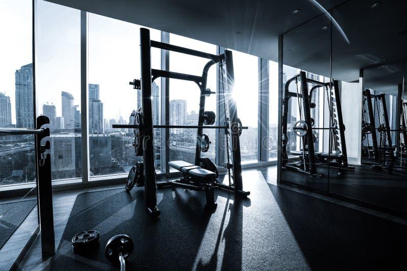 Interior del club de fitness foto de archivo