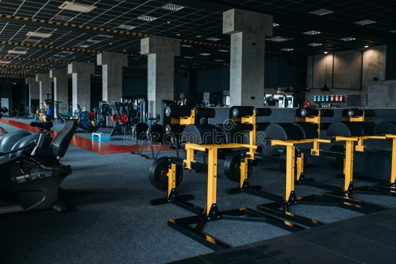 Interior del club de fitness Gimnasio nadie foto de archivo