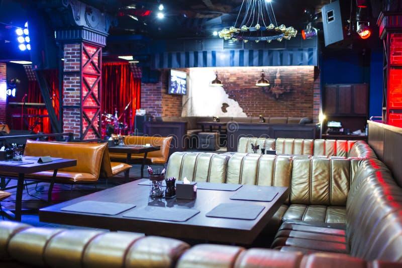 Interior del club de noche moderno con la iluminación y el equipo de sonido imagen de archivo