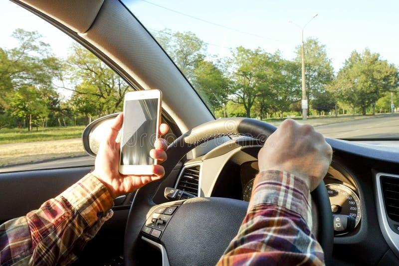 Interior del coche con el conductor masculino que se sienta detrás de la rueda, luz suave de la puesta del sol Tablero de instrum foto de archivo