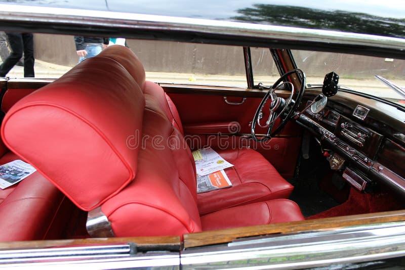 Interior del coche del oldtimer de Mercedes-Benz fotografía de archivo