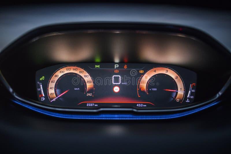 Interior del coche: Tablero de instrumentos de Digitaces con la exhibición del tablero de instrumentos fotografía de archivo libre de regalías