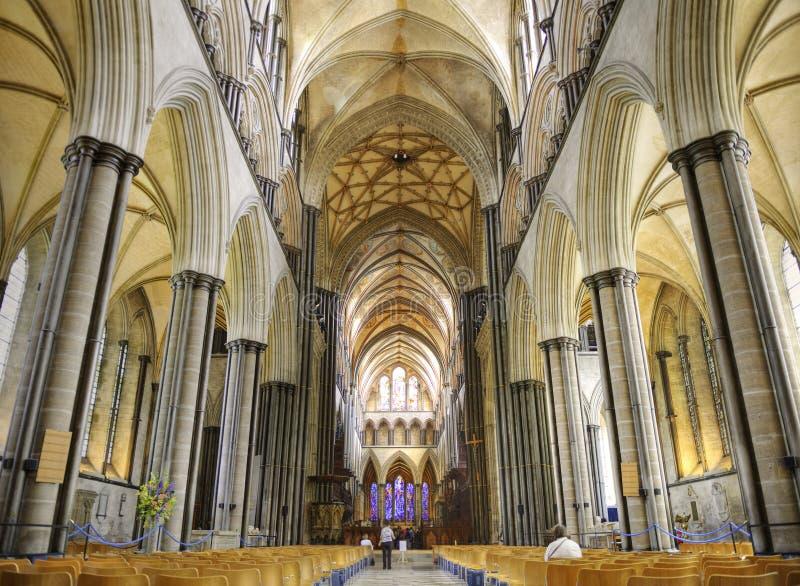 Interior del concepto del cristianismo de la catedral de Salisbury imagenes de archivo