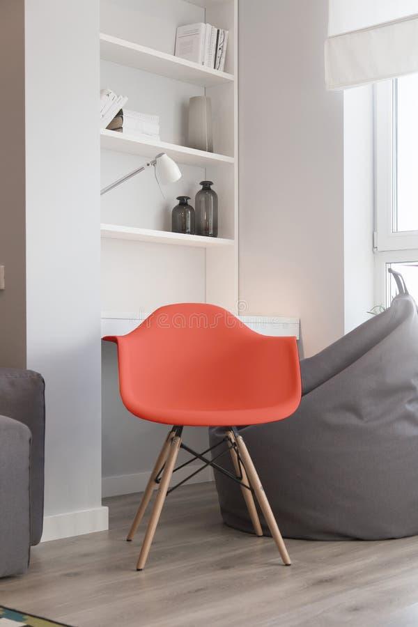 Interior del cuarto, color de la silla del coral de vida del año 2019 foto de archivo