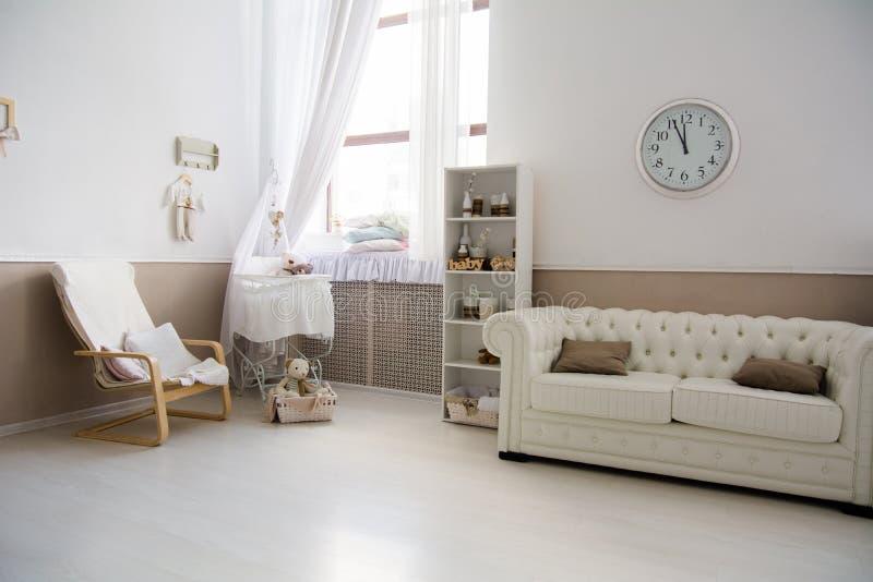 Interior del cuarto con una choza de bebé fotos de archivo