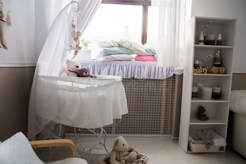 Interior del cuarto con una choza y una ventana foto de archivo libre de regalías