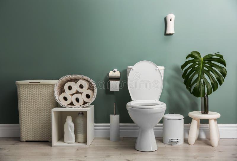 Interior del cuarto de baño con la taza del inodoro de cerámica imagenes de archivo