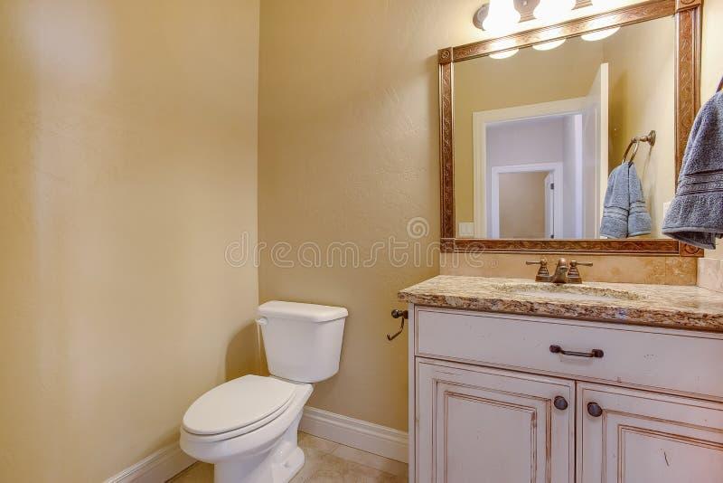Interior del cuarto de baño con vista de un retrete adyacente al área de la vanidad fotos de archivo libres de regalías