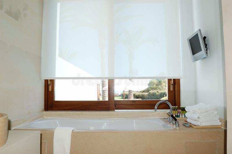 Interior del cuarto de baño en el chalet de lujo moderno fotografía de archivo