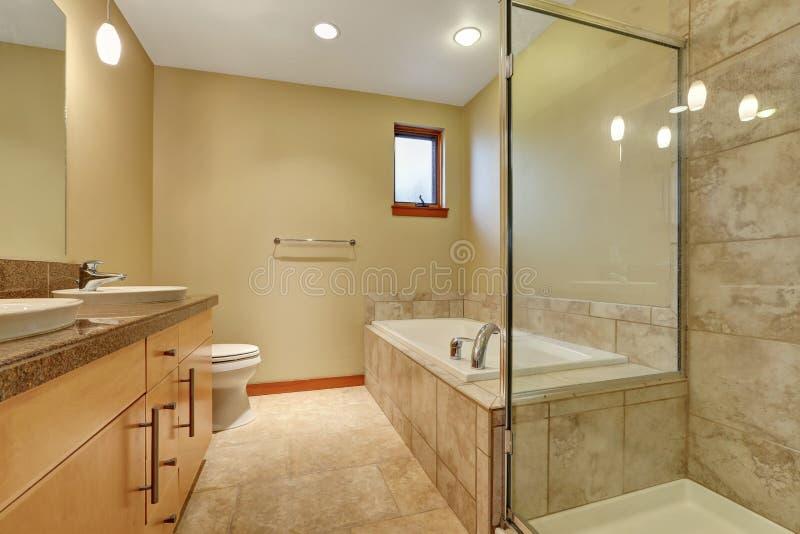 Interior del cuarto de ba o en tonos beige con el gabinete for Cuartos de bano beige