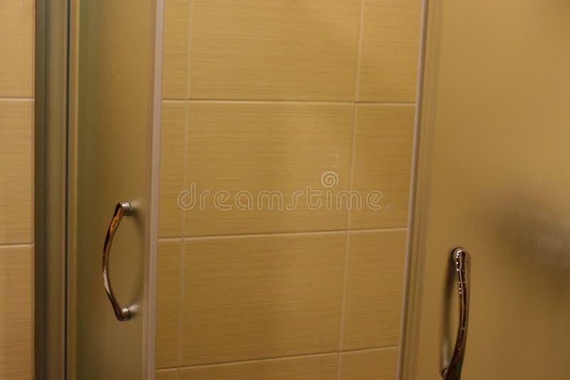 Interior del cuarto de baño Se abre la puerta… Ella - esperas foto de archivo