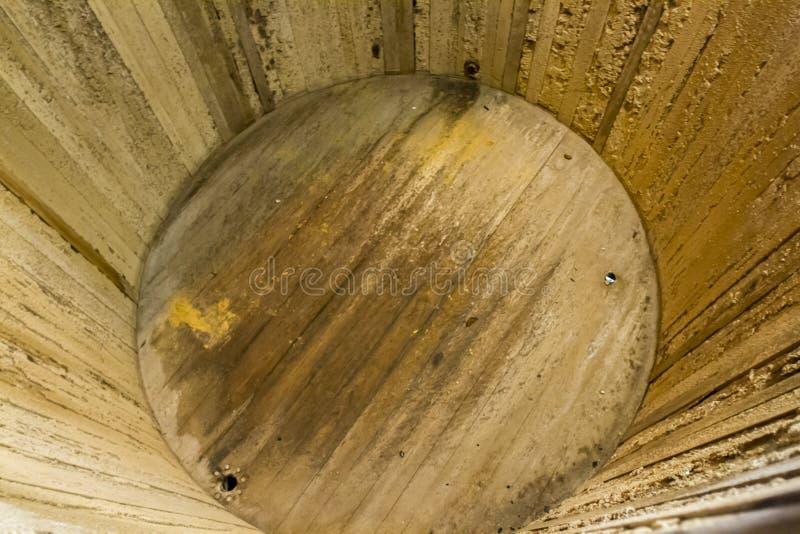 Interior del depósito de fermentación de madera foto de archivo libre de regalías