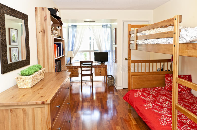 Interior del dormitorio con el suelo de madera dura fotografía de archivo libre de regalías
