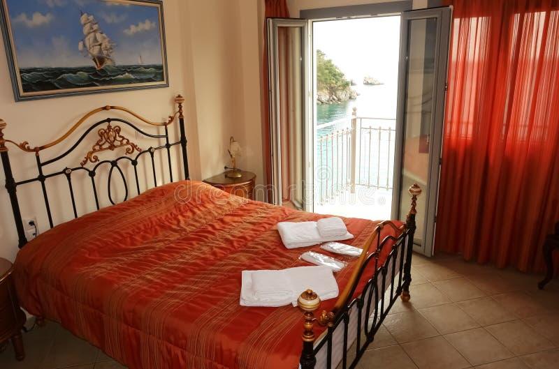 Interior del dormitorio con la opinión sobre la bahía en Grecia fotos de archivo libres de regalías