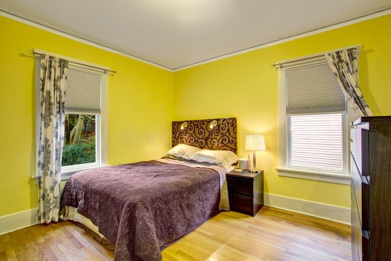 Interior Del Dormitorio Con Las Paredes Amarillas Y Los Muebles De ...