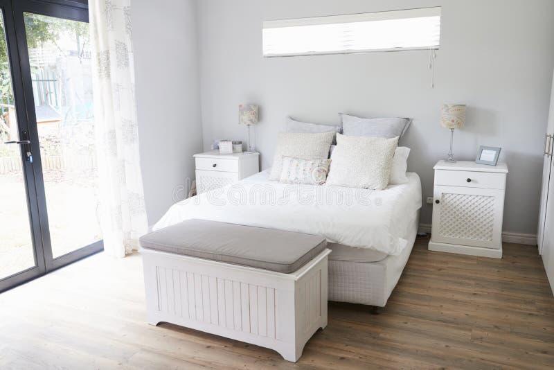Interior del dormitorio contemporáneo elegante fotografía de archivo libre de regalías