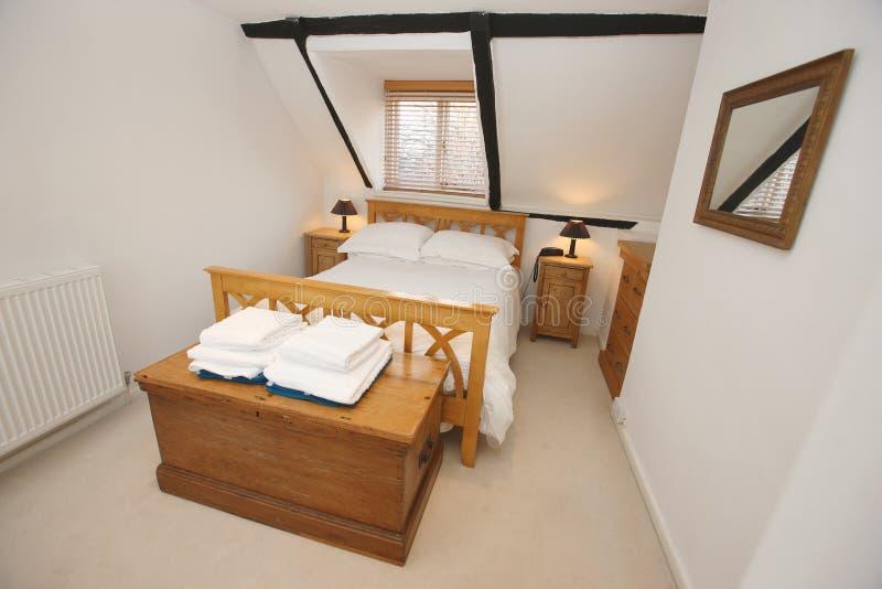 Interior del dormitorio de la cabaña fotografía de archivo