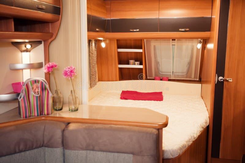Interior del dormitorio de la caravana imagen de archivo - Interior caravana ...
