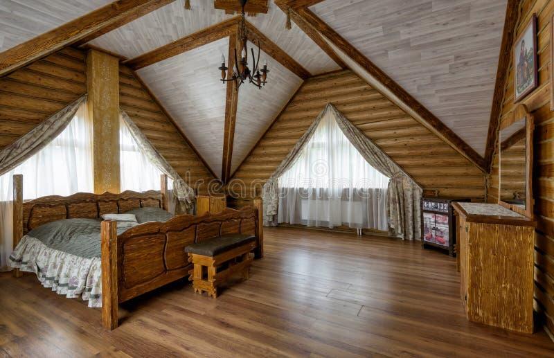 Interior del dormitorio en casa de campo u hotel imagenes de archivo