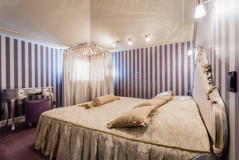 Interior del dormitorio en estilo barroco fotografía de archivo libre de regalías