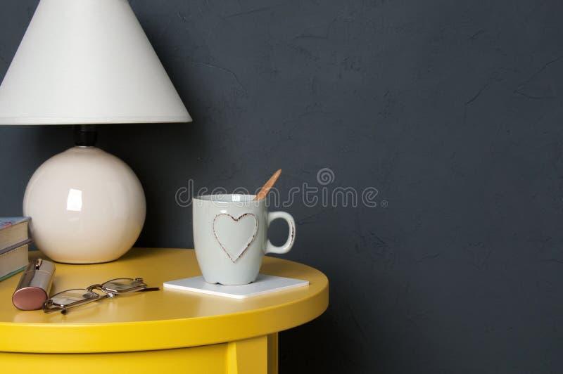 Download Interior Del Dormitorio En Fondo Gris Foto de archivo - Imagen de vida, fondo: 100534014