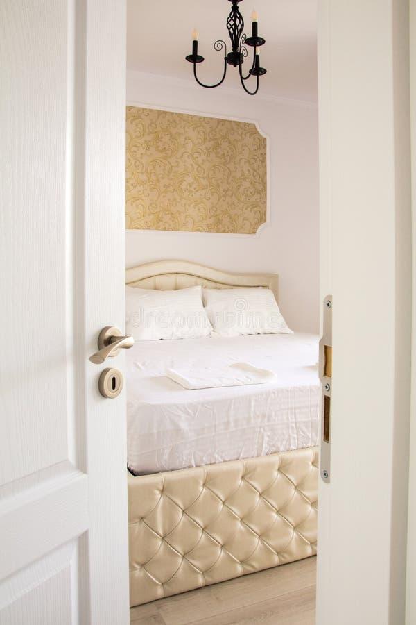 Interior del dormitorio entre al dormitorio fotografía de archivo